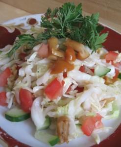 салат с консервированными грибами